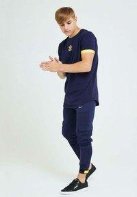 Illusive London Juniors - Cargo trousers - navy gold & yellow - 3