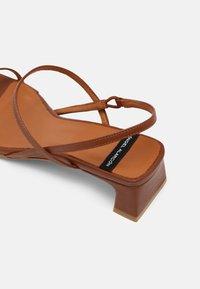 ÁNGEL ALARCÓN - Sandals - cuero16 - 5