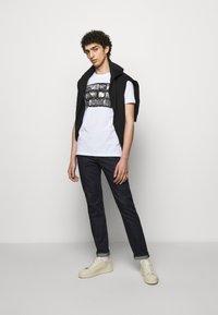 PS Paul Smith - MENS SLIM FIT NEGATIVES - Print T-shirt - white - 1