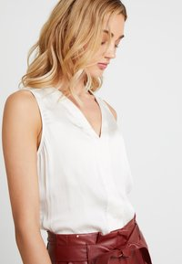 Banana Republic - HIGH LOW PIECED VEE SOLIDS - Blouse - snow day - 3