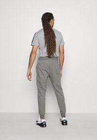 Lyle & Scott - WITH CONTRAST PIPING - Träningsbyxor - mid grey marl - 2