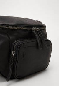 FREDsBRUDER - GOODY - Across body bag - black