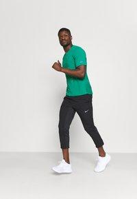 Nike Performance - MILER HYBRID - Printtipaita - neptune green/silver - 1