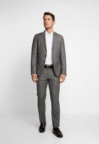 Tommy Hilfiger Tailored - OXFORD CLASSIC SLIM FIT - Camicia elegante - white - 1