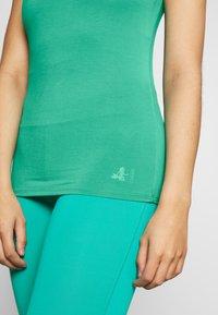 Curare Yogawear - TANK BOAT NECK - Topper - green lagoon - 4