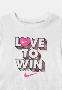 Nike Sportswear - PIXEL POP SCOOTER SET - Falda acampanada - black - 3