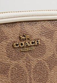Coach - SIGNATURE CROSSBODY - Schoudertas - tan/chalk - 6
