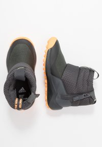 adidas Performance - RAPIDASNOW - Vinterstøvler - grey six/tech olive/flash orange - 0