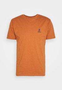BIG RUNNINGMAN TEE - Print T-shirt - orange