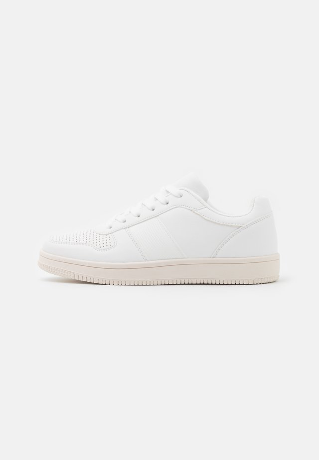 WIDE FIT ALBA RETRO - Trainers - white