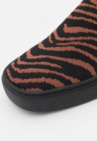 MAX&Co. - OYA - Sneakers laag - marron - 6