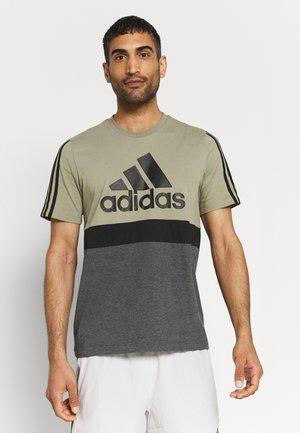 COLORBLOCK ESSENTIALS SPORTS - T-shirt med print - orbit green/black