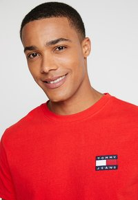 Tommy Jeans - BADGE TEE - Basic T-shirt - red - 3