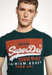 Superdry - TEE - Print T-shirt - pine green - 3