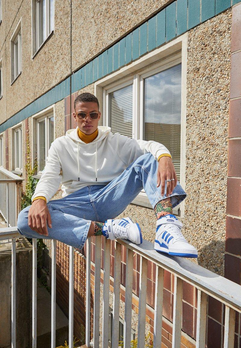 adidas Originals - FORUM MID UNISEX - High-top trainers - ftwr white/team royal blue/ftwr white