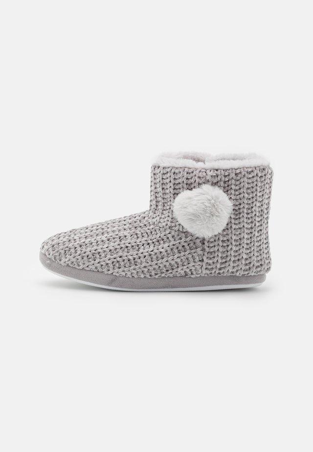CHENILE POM BOOT - Pantoffels - grey