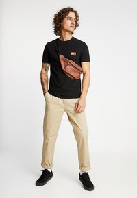 Levi's® - CREWNECK GRAPHIC 2 PACK - T-shirt con stampa - white/mineral black - 1