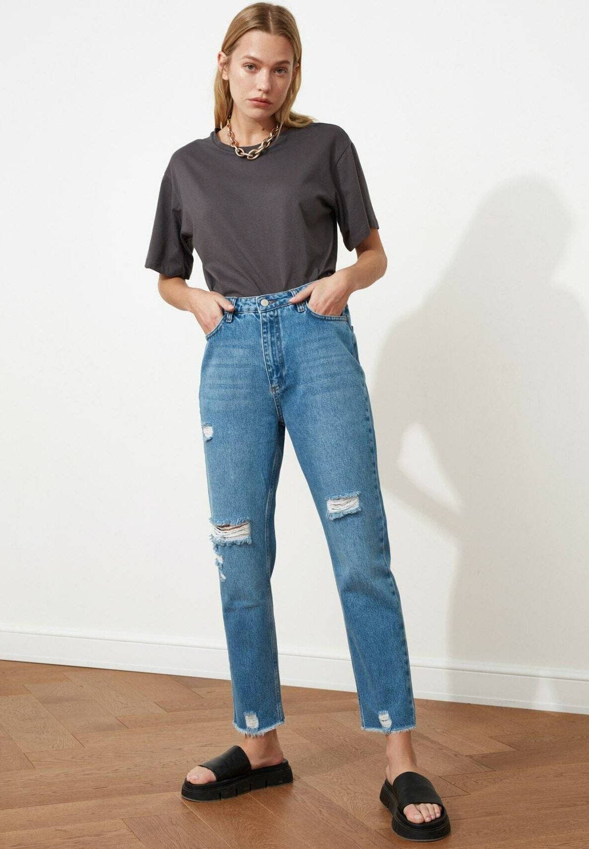 Donna Jeans a sigaretta