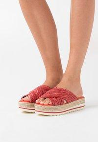 mtng - SELLA - Pantofle na podpatku - rojo - 0