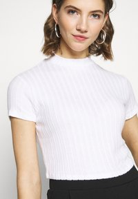 Cotton On - MOCK NECK TEXTURE SHORT SLEEVE - T-shirt imprimé - white - 4
