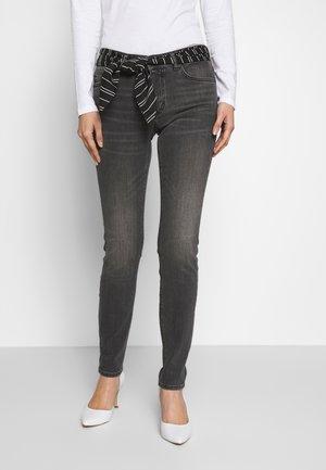 TROUSER MID WAIST REGULAR LENGTH BELT SCARF - Slim fit jeans - grey softwear wash