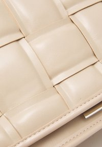 Steve Madden - BMATTER - Across body bag - cream - 4