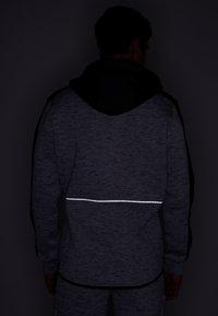 Superdry - GYMTECH COLOURBLOCK ZIPHOOD - Zip-up hoodie - light grey marl/black - 3