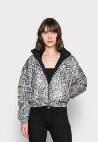 Calvin Klein Jeans - REVERSIBLE PADDED JACKET - Light jacket - black - 0