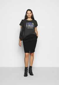 Even&Odd Curvy - T-shirts med print - black/blue/white - 1