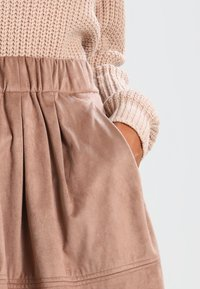 Moves - KIA - Pleated skirt - warm sand - 3
