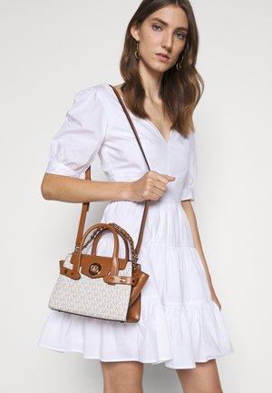 CARMEN FLAP - Håndtasker - vanilla