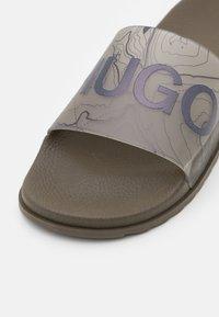 HUGO - MATCH SLID - Mules - beige/khaki - 5