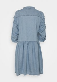 Freequent - FQDOBBY PUFF - Denimové šaty - light blue denim - 1