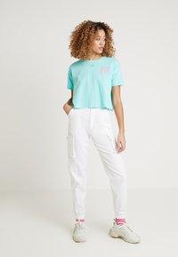 Homeboy - CATE T-SHIRT - T-shirts med print - aruba green - 1