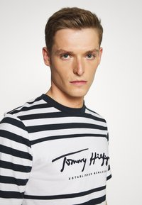 Tommy Hilfiger - SIGNATURE STRIPE RELAXED FIT TEE - Print T-shirt - blue - 4