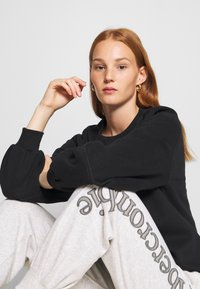 Abercrombie & Fitch - ITALICS SEAMED LOGO CREW - Sweatshirt - black - 4