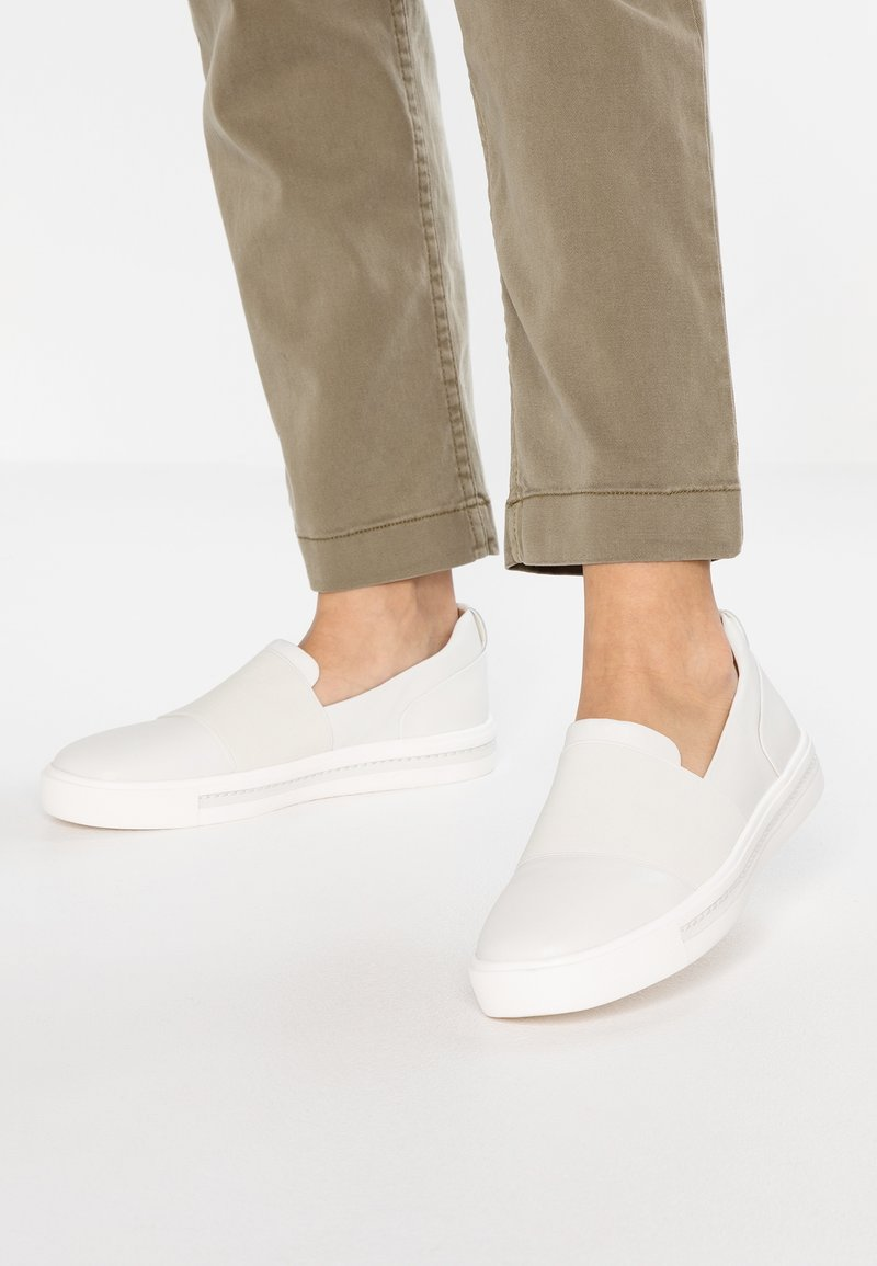 Clarks Unstructured - MAUI STEP - Slip-ons - white