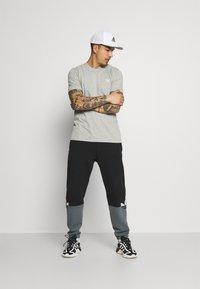 adidas Originals - ESSENTIAL TEE - T-shirt - bas - medium grey heather - 1