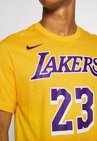 Nike Performance - NBA LOS ANGELES LAKERS LEBRON JAMES NAME AND NUMBER TEE - Klubbkläder - amarillo - 5
