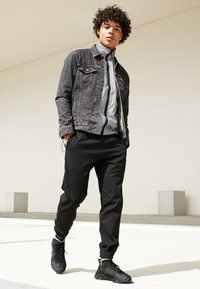 Nike Sportswear - REACT - Sneakers - black/dark grey - 7