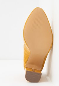Dorothy Perkins Wide Fit - WIDE FIT DIANA ROUND TOE METAIL BLOCK - Escarpins à talons hauts - yellow - 6
