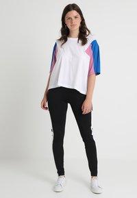 Urban Classics Curvy - 3-TONE SHORT - T-shirt print - white/brightblue/coolpink - 1