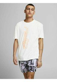 Jack & Jones - RELAXED FIT - Print T-shirt - cloud dancer - 0