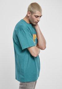 Starter - Print T-shirt - green/yellow/rose - 4