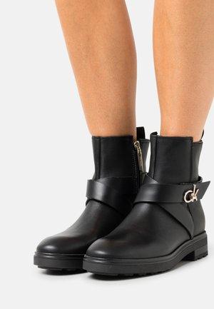 CLEAT RIDING BOOT - Kotníkové boty - black
