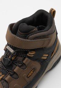 Keen - TARGHEE MID WP UNISEX - Hiking shoes - dark earth/golden brown - 5