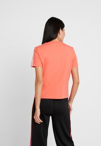 Calvin Klein Jeans - TAPE LOGO STRAIGHT TEE - Basic T-shirt - hot coral - 2