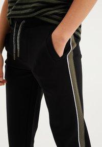 WE Fashion - MET TAPEDETAIL - Tracksuit bottoms - black - 2