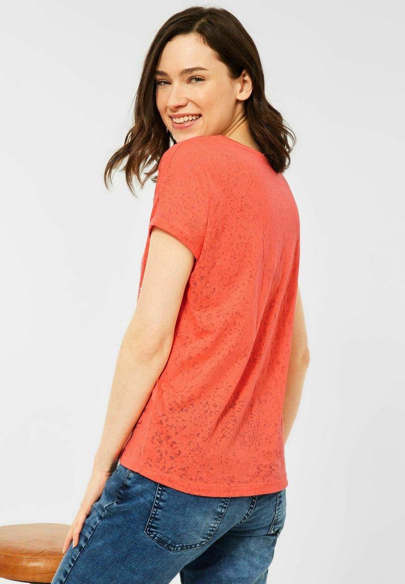 Cecil - MIT BURNOUT-OPTIK - Print T-shirt - coral