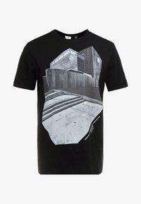 LASH BUILDING GR R T S\S - T-shirt print - dk black